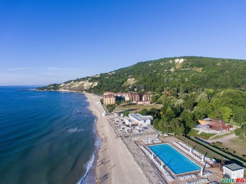 На море 2021 на Първа линия,  All Inclusive с чадър и шезлон на плажа до 01.07 и след 22.08 в Хотел Ефект Алгара Бийч, Кранево