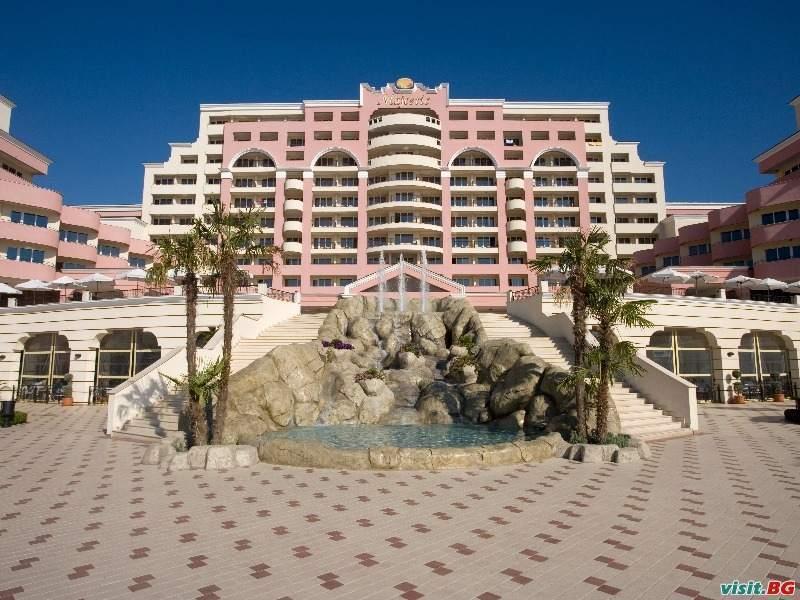 На първа линия в ТОП хотел, Полупансион с напитки за двама до 02.07 в Хотел Маджестик, Сл. бряг
